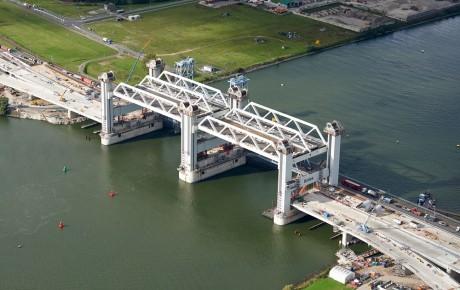 De nieuwe Botlekbrug in het Rotterdamse havengebied.