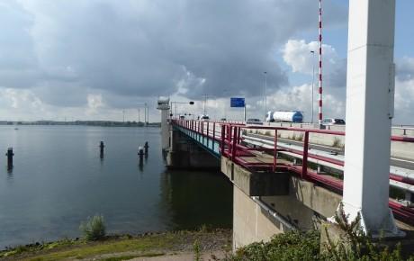 De basculebrug over het Haringvliet.