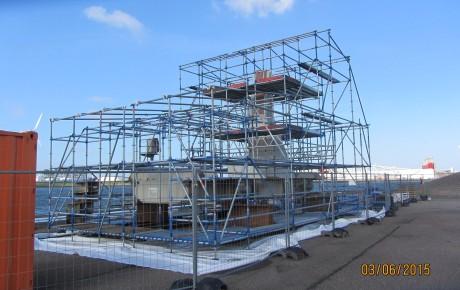 Een verticale rolwagen van de Maeslantkering wordt op locatie geconserveerd.