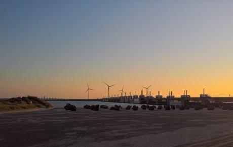 De monumentale Oosterschelde Kering tijdens een schitterende zonsopkomst.