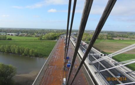 Nieuwbouw (links) en renovatie (rechts) van de brug te Ewijk.