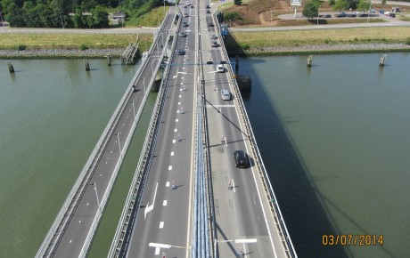 De Harmsenbrug in het Rotterdamse havengebied.