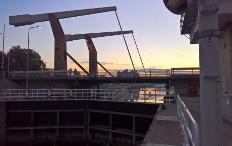 Marksluisbrug Oosterhout bij zonsondergang.