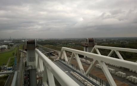 Wanneer de Botlekbrug volledig geopend is, hebben de brugdekken een hoogte van 45,6 meter.